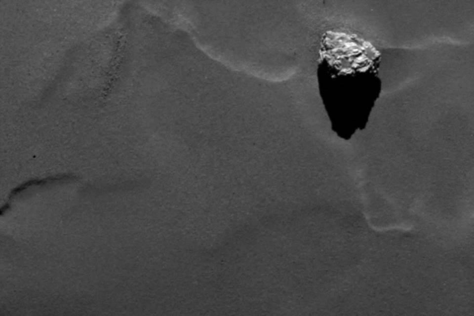 Rosetta-Spacecraft-Spots-Bizarre-Pyramid-Comet