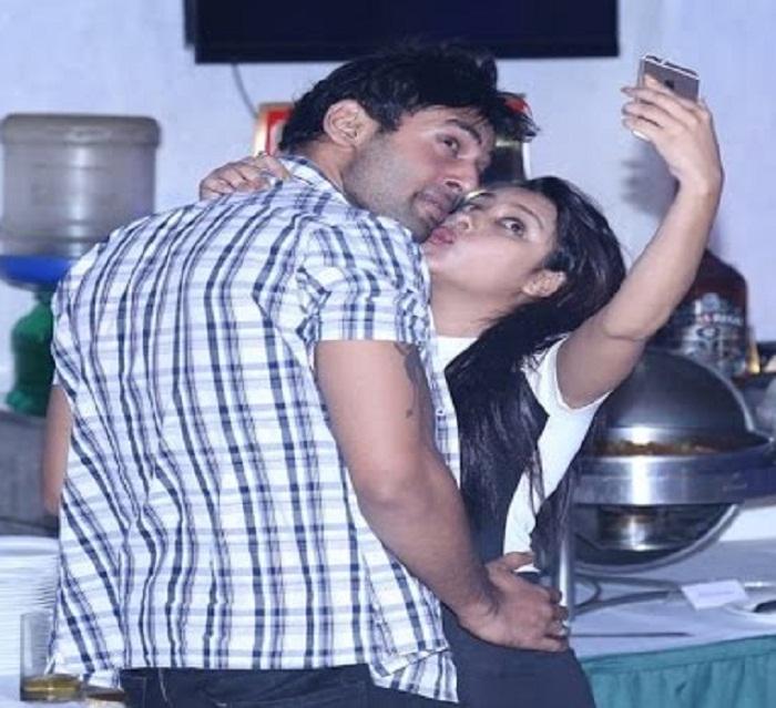 Pratyusha-Banerji kiss